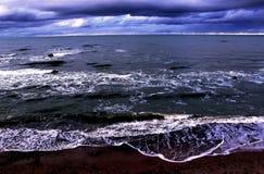 den baltiska stranden clouds det våta havet för sanden för kustlinjepalangareflexionen Arkivbilder