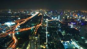 Den Bangkok horisontnatten beskådar av huvudsakligt trafikerar kick långt arkivbilder