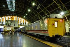 Den Bangkok järnvägsstationen Hua Lamphong byggs i 1916 i en italiensk Neo-renässans stil, med dekorerad trätak och fläck royaltyfria foton