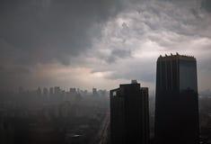 Staden beskådar i den regniga aftonen Arkivfoto