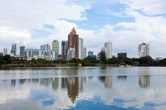 den bangkok staden reflekterar vatten Royaltyfria Bilder