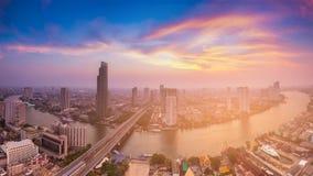 Den Bangkok staden som var i stadens centrum med floden, buktade flyg- sikt Royaltyfria Bilder
