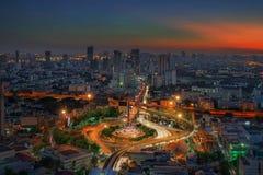 Den Bangkok stadsnatten beskådar med huvudsakligt trafikerar kick långt royaltyfria bilder