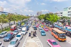 Den Bangkok vägen med många bilar och trafficen sitter fast Fotografering för Bildbyråer