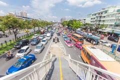 Den Bangkok vägen med många bilar och trafficen sitter fast Royaltyfri Foto