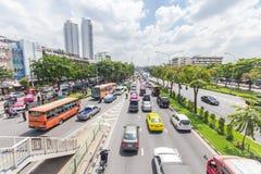 Den Bangkok vägen med många bilar och trafficen sitter fast Royaltyfria Bilder