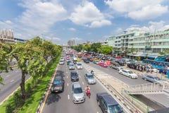 Den Bangkok vägen med många bilar och trafficen sitter fast Royaltyfria Foton