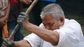 Den bangladeshiska mannen producerar lerakrukmakeri i en traditionell stil i Tangail, Bangladesh stock video