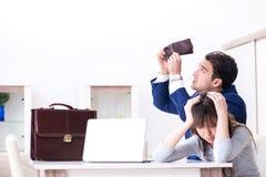 Den bankrudda familjen med ingen hemmastadd kassa fotografering för bildbyråer
