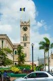 Den Barbados parlamentbyggnaden med en barbadisk flagga Arkivfoton