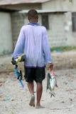Den barfota dykaren för afrikansvartfiskaren bär en fångad fisk Royaltyfri Bild