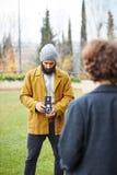 Den barn uppsökte hipsteren som tar fotoet till rödhårig manflickan med TLR, kom Royaltyfri Bild
