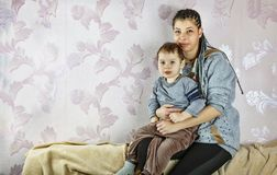 Den barnsvart- eller Latina mamman och hennes lilla son sitter på soffan hemma Begrepp: Dag för moder` s, lycklig familj Royaltyfria Bilder
