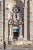 Den barocka portalen och Rose Window av den Porto domkyrkan eller Sen Catedral gör Porto Royaltyfri Fotografi