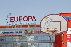 Den basketmålbrädan och korgen på bakgrunden av en shopp Fotografering för Bildbyråer