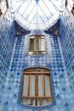 Den Batllo för den Antonio Gaudi huscasaen inre specificerar —änkor i inre andra-nivå utrymme Fotografering för Bildbyråer