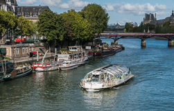 Den Batobus passageraren gerry passerar nära Pont des Arts, Paris Arkivfoto