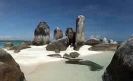 Den Batu Berlayar ön med naturligt vaggar bildande arkivfoto