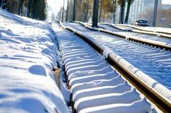 Den Bau von den neuen Rillenschienen, von Schneewetter, von Schienen und von Lagerschwellen legen bedeckt mit Schnee stockfotografie