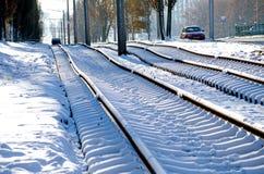 Den Bau von den neuen Rillenschienen, von Schneewetter, von Schienen und von Lagerschwellen legen bedeckt mit Schnee lizenzfreie stockfotografie