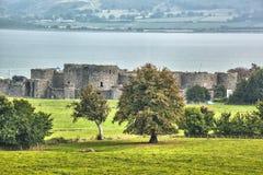 Den Beaumaris slotten i Anglesey, norr Wales, Förenade kungariket, serie av Walesh rockerar Royaltyfri Bild