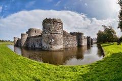 Den Beaumaris slotten i Anglesey, norr Wales, Förenade kungariket, serie av Walesh rockerar Arkivfoton