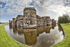 Den Beaumaris slotten i Anglesey, norr Wales, Förenade kungariket, serie av Walesh rockerar Royaltyfri Fotografi