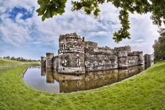 Den Beaumaris slotten i Anglesey, norr Wales, Förenade kungariket, serie av Walesh rockerar Arkivbild