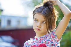 Den Beautifal lilla flickan i hösten parkerar Royaltyfri Foto