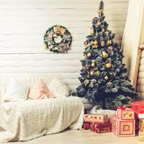 Den Beautifully dekorerade julgranen med gåvor under den i rummet dekorerade special för denna ferie Fotografering för Bildbyråer