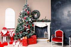 Den Beautifully dekorerade julgranen med gåvor under den i rummet dekorerade special för denna ferie Arkivfoton