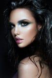 Den Beautyful flickan med blått blänker på hennes framsida Arkivfoton