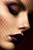 Den Beautyful flickan med rosa färger blänker på hennes kanter Arkivbild