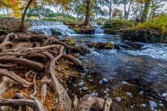 Att bedöva beskådar av stillsamt flöda strömmer med Pristine vattenfall i kulllandet Texas arkivbilder