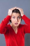 Den bedövade kvinnan med breda ögon som rymmer henne, går mot fel arkivfoto