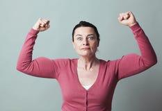Den bedövade 40-talkvinnan som visar henne, betonade styrka Arkivfoto