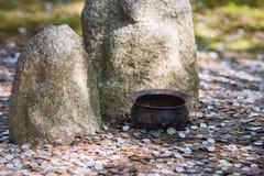 Den bedjande bunken myntar på mattar arkivfoton