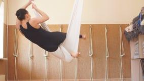 Den begåvade dansaren visar kapaciteten i hängmattan stock video