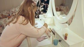 Den begåvade flickan målar en plan träleksak på julgranen royaltyfri fotografi