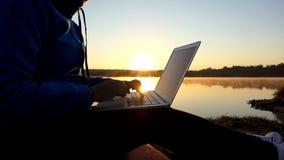 Den begåvade kvinnan skrivar ut en saga för hennes ungar på en sjöbank i slo-mo lager videofilmer