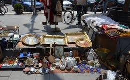 Den begagnade gatan shoppar i Makedonien Arkivfoton