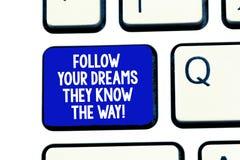 Den begreppsmässiga handhandstilvisningen följer dina drömmar som de vet vägen E arkivfoto
