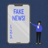 Den begreppsmässiga handhandstilvisningen fejkar nyheterna Falska berättelser för affärsfototext som verkar att fördela på att an royaltyfri illustrationer