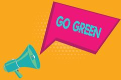 Den begreppsmässiga handhandstilvisningen går grön Affärsfototext som gör mer miljövänlig beslut förminskar så, återanvänder royaltyfri illustrationer