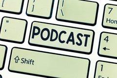 Den begreppsmässiga handhandstilvisningen Podcast affärsfotoet som ställer ut online-underhållning för massmediaöverföringsmultim royaltyfri illustrationer