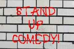 Den begreppsmässiga handhandstilvisningen står upp komedi Komediförfattare för affärsfototext som utför att tala framme av levand royaltyfri foto