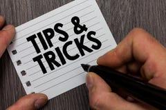 Den begreppsmässiga handhandstilvisningen tippar och trick Affärsfoto som ställer ut mannen för expertis för rekommendationer för arkivfoto