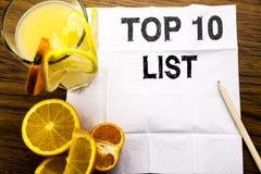 Den begreppsmässiga textöverskriften som visar begreppet för tio lista för framgång tio, listar topp 10 skriftligt på silkespappe Arkivfoto