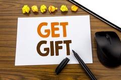 Den begreppsmässiga visningen för handhandstiltext får gåvan Affärsidé för den fria Shoping kupongen som är skriftlig på klibbigt Arkivfoto