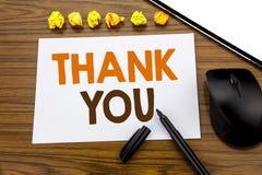 Den begreppsmässiga visningen för handhandstiltext tackar dig Affärsidéen för tacksamhet tackar skriftligt på klibbigt anmärkning Arkivfoton